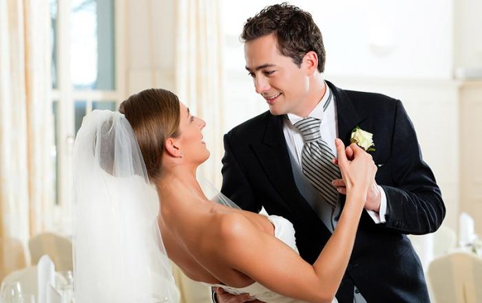 bigstock-Bride-and-groom-dancing-the-fi-18188642 klein